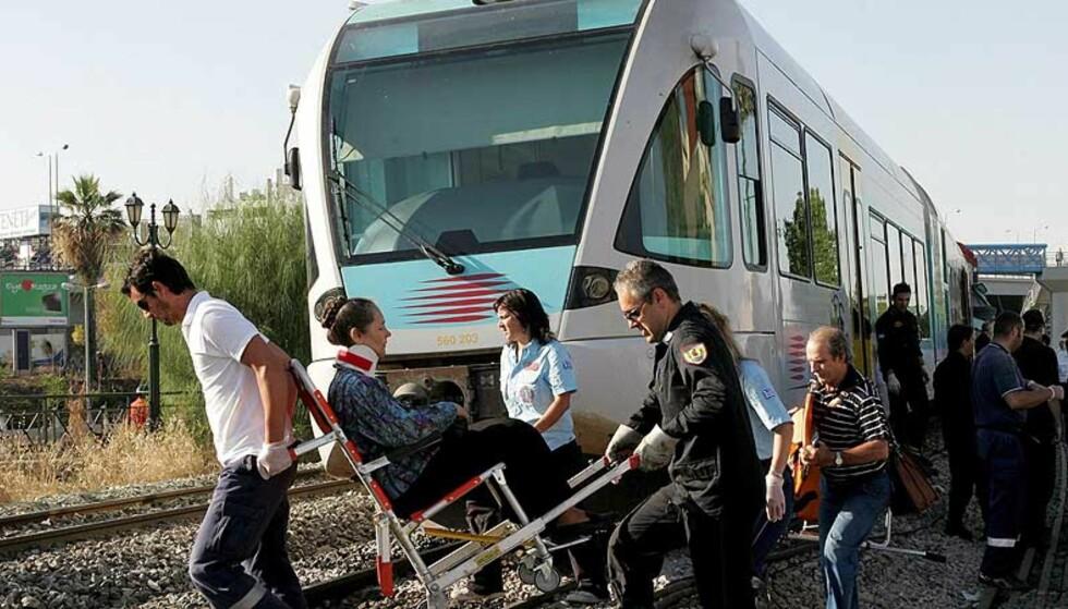 ATEN: Et passasjertog kolliderte med et godstog i Aten i dag tidlig. Foto: EPA/PANTELIS SAITAS/SCANPIX
