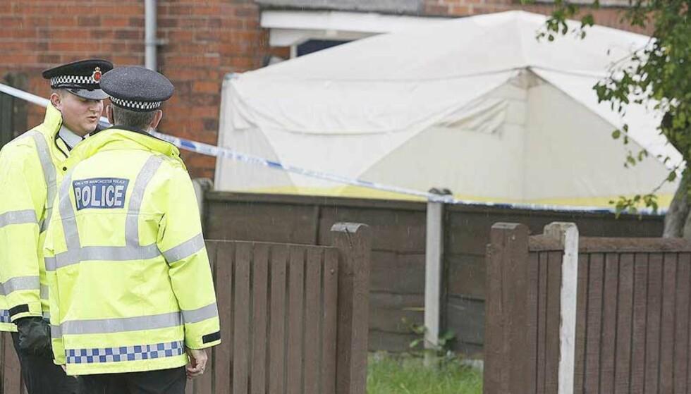 DRAPSALARM: Politiet i Manchester har iverksatt full drapsalarm etter at tre personer, to kvinner og en gutt, ble funnet døde emd store hodesakder i går kveld. Foto: AFP Photo/Paul Ellis