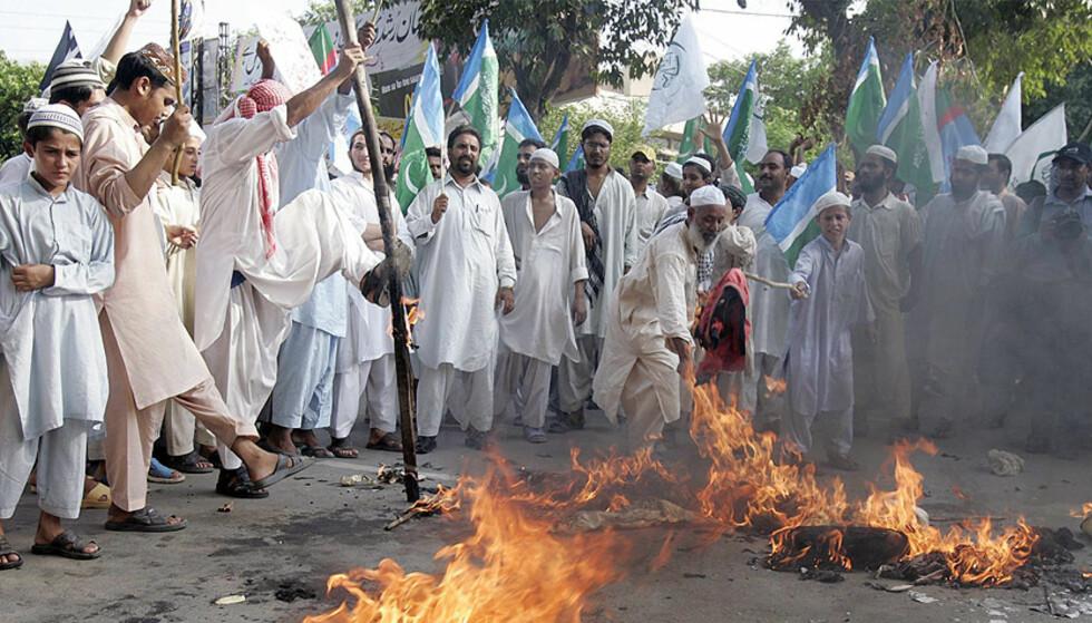 BUSH I BRANN:  Pakistanske islamister demonstrerer i protest mot president Pervez Nusharraf i Lahore i dag. Tilhengere av alliansen Muttahida Majlis-e-Amal satte fyr på dukkekopier av den amerikanske presidenten George W. Bush. Foto: Reuters/Moshin Raza/Scanpix.