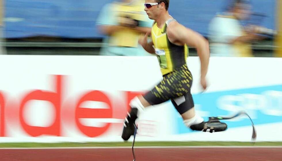 I FULL FART: Til tross for at Oscar Pistorius løper med proteser, er han i stand til å konkurrere med funksjonsfriske på 400-meter. Foto: ANDREAS SOLARO/AFP/SCANPIX