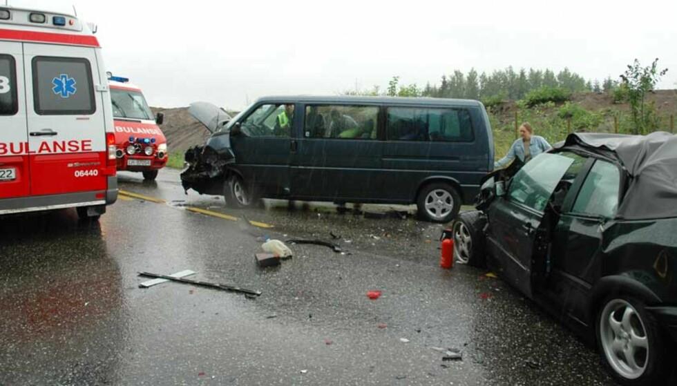 FIRE BILER: Fire biler og i alt 15 personer skal være involvert i ulykka. Foto: Lasse Ljung/Nyhetsfoto.no