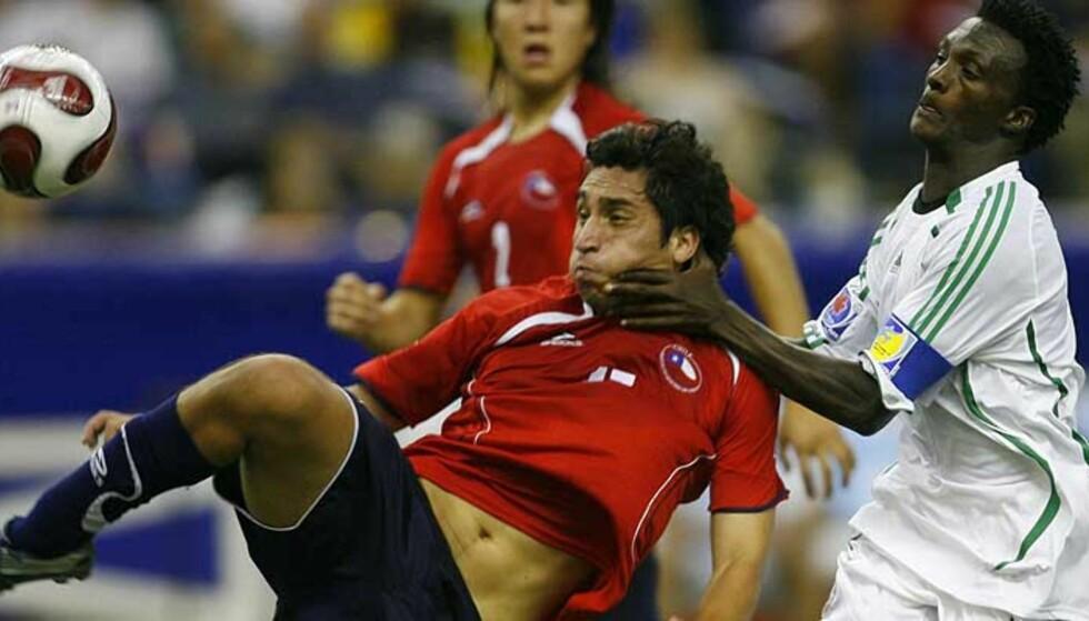 TAPTE: Ezekiel Bala (t.h) og Nigeria måtte gi tapt for Chile, her representert ved Hans Martinez. Foto: David Boily, AFP