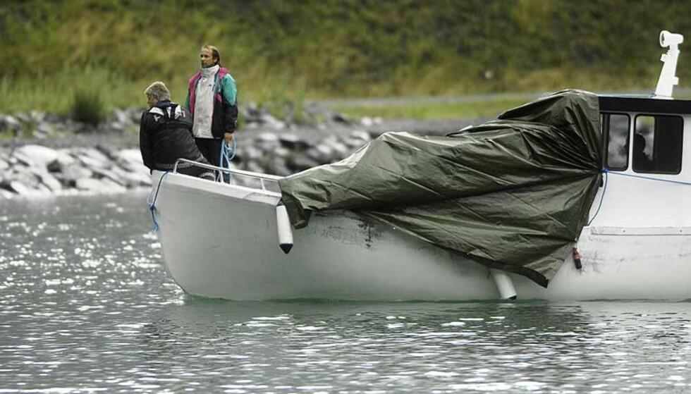 SØKER: En fjernstyrt miniubåt på størrelse med en lommelykt er på plass for å søke etter Charlotte Moene (17) i Årdalsvatnet nå. Foto: Thomas Rasmus Skaug