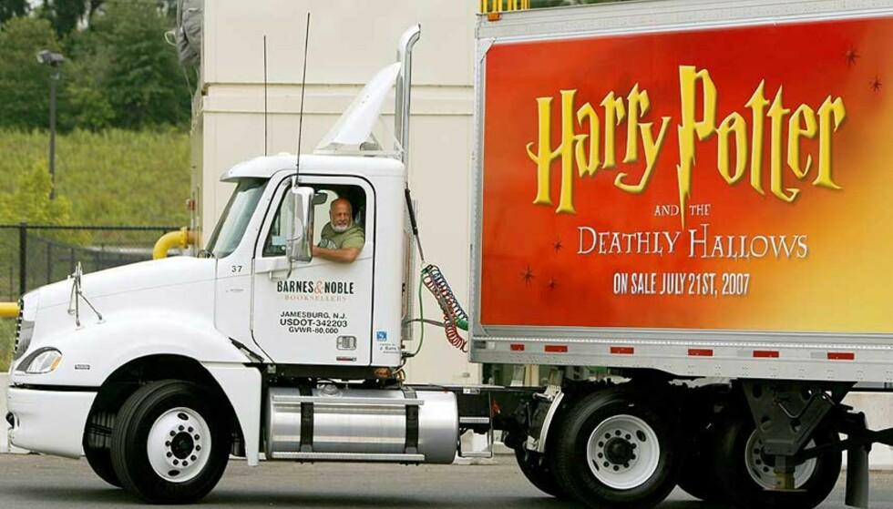 POTTER-BILEN PÅ VEIEN: Her fraktes noen av de nye Harry Potter-bøkene til et lager i USA. Har en av dem kommet på avveie? Foto: SCANPIX / REUTERS / LUCAS JACKSON