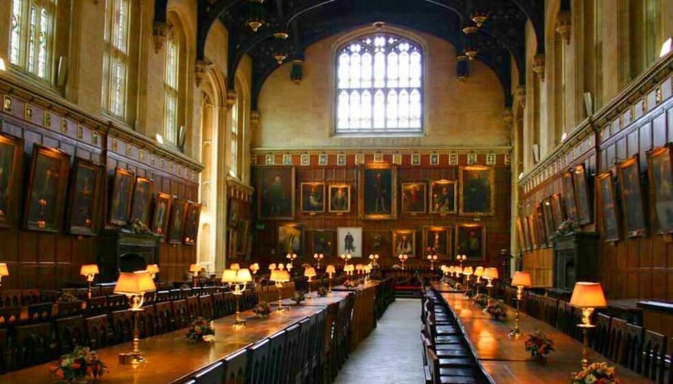 SØKER USØMMELGHETER: Administrasjonen ved universitetet i Oxford finkjemmer Facebook på jakt etter uskikkelige studenter. Her spisesalen kjent fra Harry Potter-filmene Foto: SCANPIX