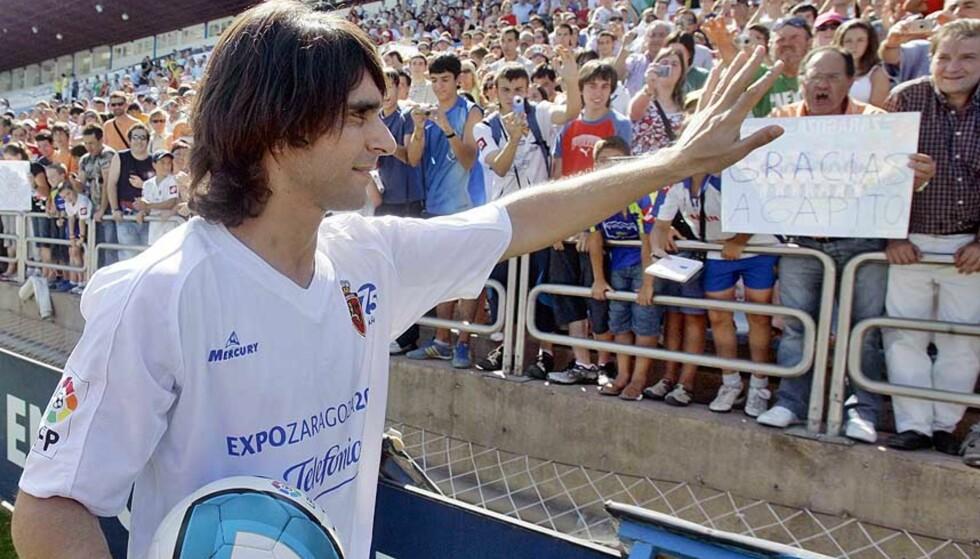 SJOKKERTE VILLAREAL: Roberto Ayala hilser på Real Zaragoza-fansen, etter at han punget ut 47 millioner kroner av egen lomme for å slippe å gå til Villareal. Foto: AP