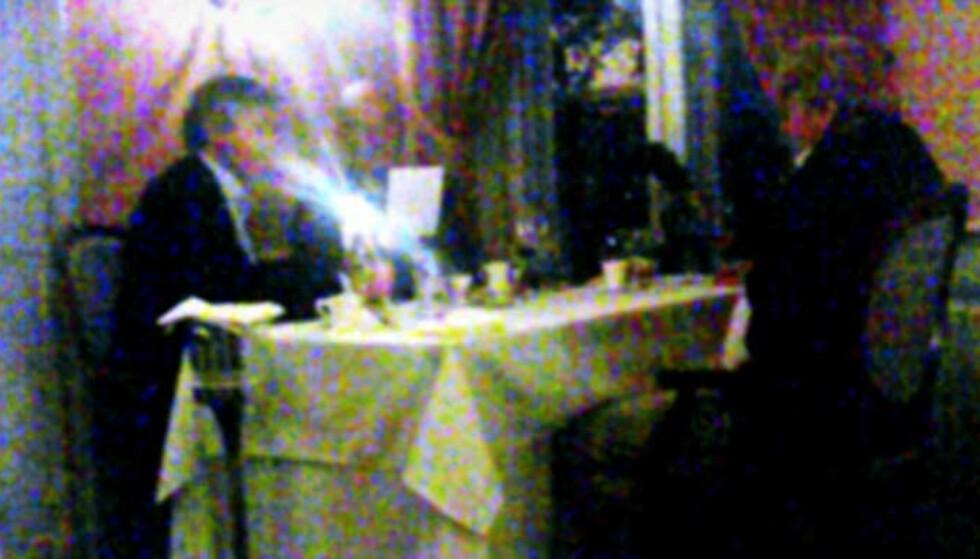 FLYMAT: Her sitter de tre våpenhandlerne til bords på restaurant Statholdergaarden i Oslo. Innerst i rommet, nærmest vinduet, sitter advokat Knut Solvang. Ved siden av ham PR-rådgiver Rolf Nereng. Med ryggen til sitter SV-veteran Stein Ørnhøi, og i naborommet holdt tidligere konsernsjef i Statoil, Olav Fjell, hoff. Foto: ULF ANDRÉ ANDERSEN