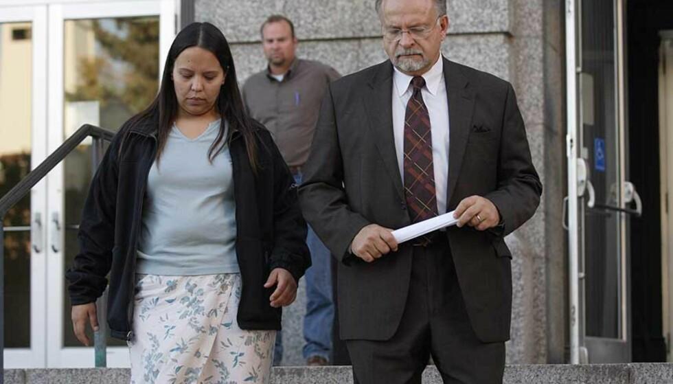 MÅTTE PUNGE UT: Jammie Thomas (31) ble historisk. Her forlater hun rettslokalene i Brainerd, Minnesota sammen med sin advokat. Foto: SCANPIX/AP