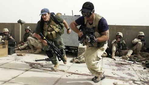 MED LISENS TIL Å DREPE: Bildet er fra april 2004, da soldater fra Blackwater deltok i en skuddveksling mot tilhengere av Moqtada al-Sadr i den irakiske byen Najaf. Foto: AP Photo/Gervasio Sanchez/NTB Scanpix