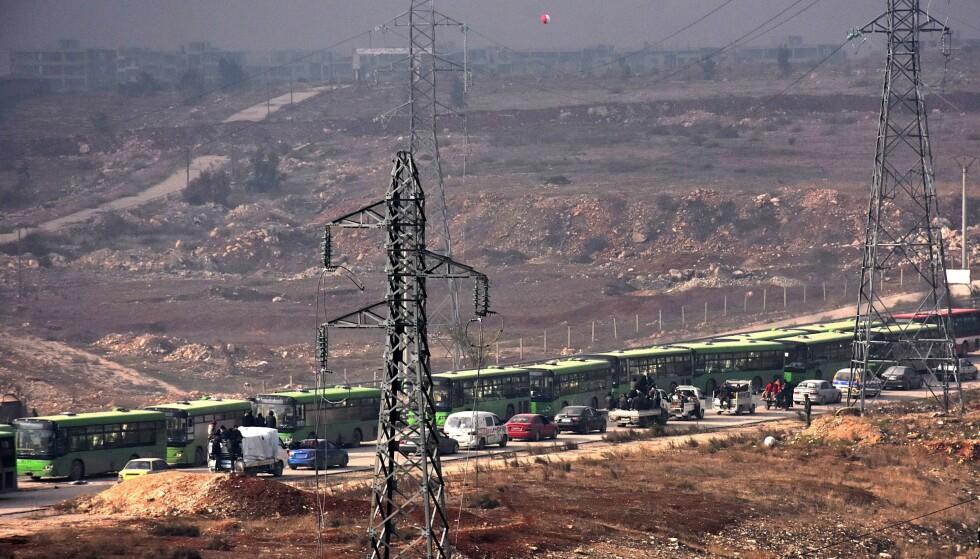 ALEPPO: Bussene står klar til å kjøre ut av Øst-Aleppo. Dette bildet ble tatt rett før evakueringen ble stanset. Foto: AFP / NTB Scanpix
