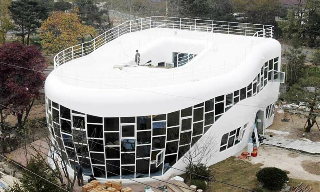 MANGE FASILITETER: Huset er bygget opp av hvitmalt stål, for å likne mest mulig på porselen. Veggene er utstyrt med store enveis vinduer som gir mye lys. Foto: AP PHOTO/SCANPIX