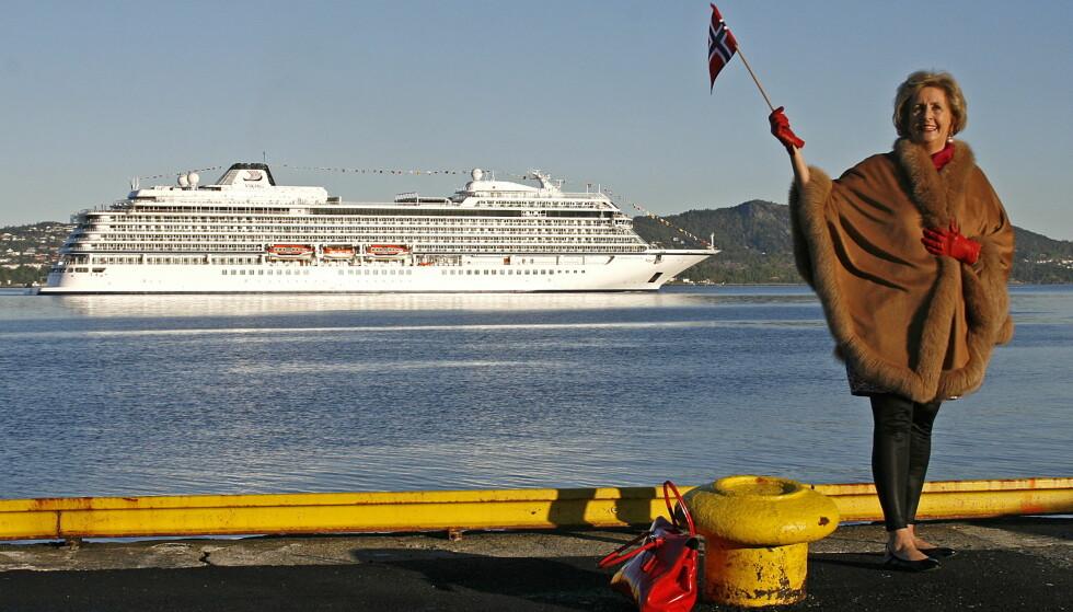 BERGEN: Ordfører Trude Drevland foran båten Viking Star i Bergen. Foto: Erik Ask