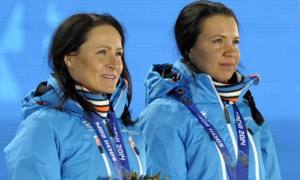 <strong>SØLVDUO:</strong> Aino-Kaisa Saarinen (t.v.) kan vise til fem OL-medaljer. Her sammen med kollega Kerttu Niskanen da de mottok sølv på lagsprinten under Sotsji-OL i 2014. Foto: NTB Scanpix