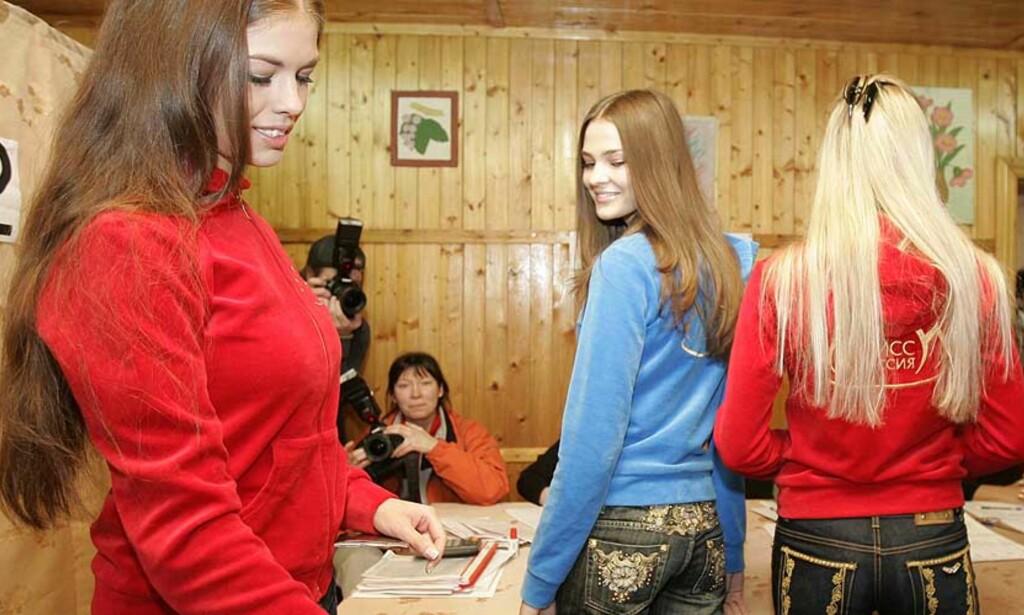 SKJØNNHETENE OG PUTIN: Frøken Russland-finalistene dukket opp i et stemmelokale utenfor Moskva. Trolig stemte også de – i likhet med de fleste andre – for president Putins parti Det forente Russland. Foto: REUTERS/Sergei Karpukhin/SCANPIX
