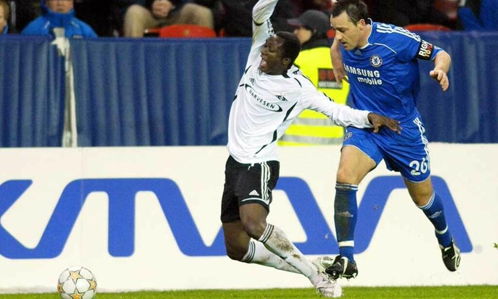 KAN BLI: Yssouf Koné, her i duell med John Terry sist uke, ønsker seg til større ligaer, men åpner nå for å bli i Tippeligaen. Foto: Thomas Rasmus Skaug, Scanpix
