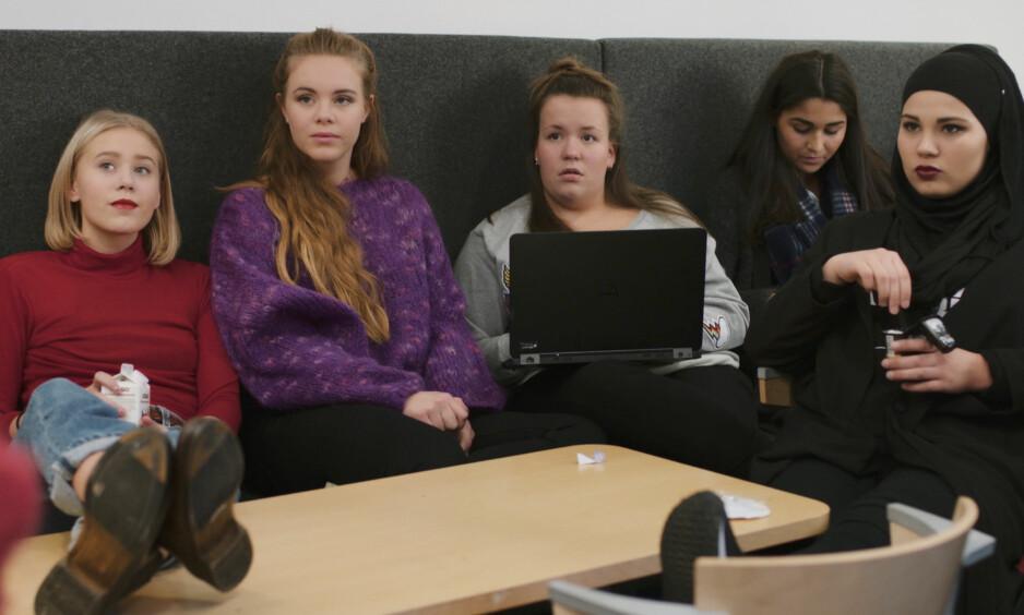 DISKUSJON: Ivrige «Skam»-fans har allerede begynt å diskutere hvem som blir hovedperson i neste sesong, som kommer i 2017. Mens Noora og Eva (til venstre) var bærende de to første sesongene, er jente-Chris (midten) og Sana (til høyre) fortsatt aktuelle som hovedpersoner. Foto: NRK