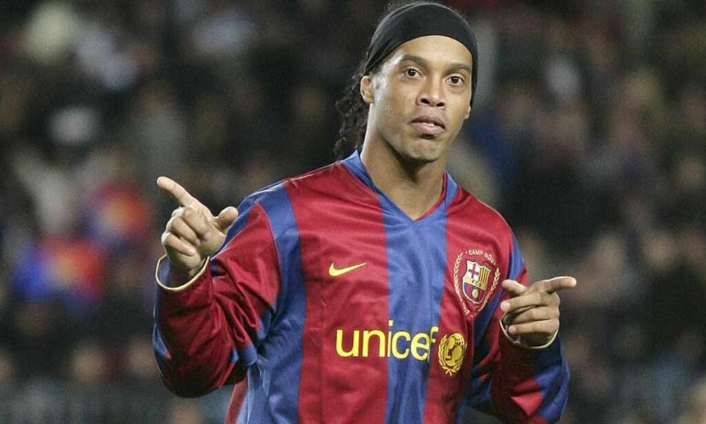 BLIR I BARCELONA: Ronaldinho skal ingen steder, skal vi tror Barcelonas president. Både AC Milan og Chelsea er angivelig interessert i brasilianeren. Foto: MANU FERNANDEZ/AP/SCANPIX