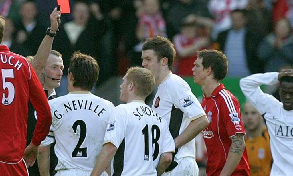 RØDT KORT OG SEIER FOR UNITED: Paul Scholes måtte gå i garderoben før United scoret seiersmålet mot Liverpool på Anfield i mars. Foto: Scanpix/Ap