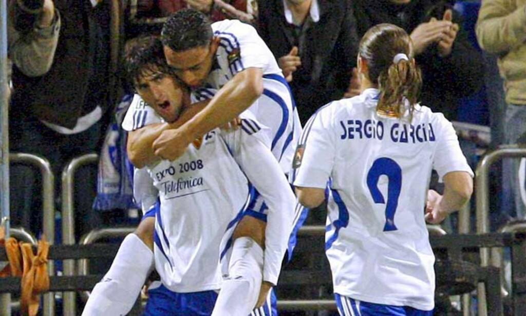POENGDELING: Diego Milito feirer sin scoring for Zaragoza. Senere kom Valencia tilbake, da med treneren på tribunen. Foto: EPA/SCANPIX