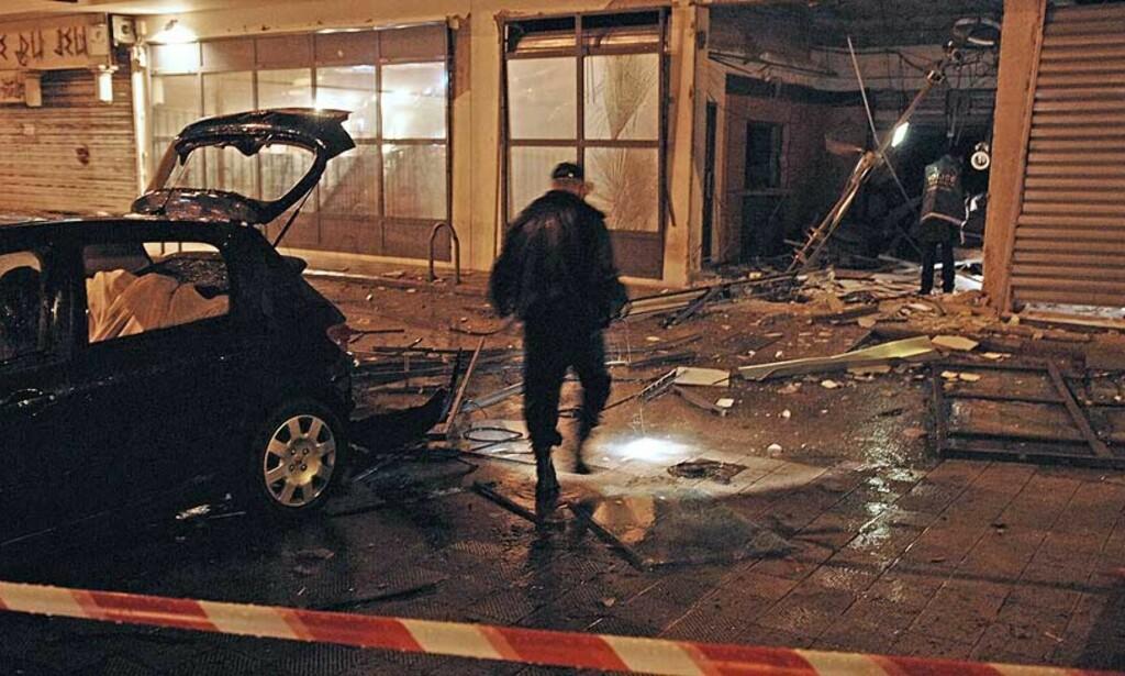 TO SKADD: En eldre kvinne og et barn ble skadd da to bomber eksploderte i Ajaccio på Korsika. Foto: AFP/STEPHAN AGOSTINI /SCANPIX
