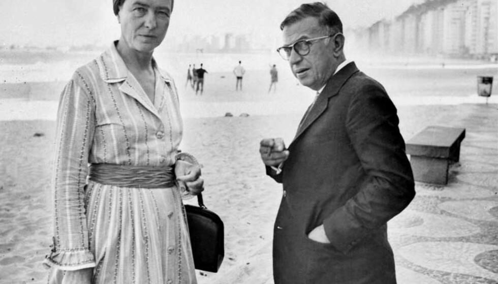 FILOSOFIENS STORE PAR: Simone de Beauvoir og Jean-Paul Sartre var to av det forrige århundrets viktigste tenkere. Her er de på stranda Copacabana i Rio de Janeiro 21. september 1960. Foto: AFP PHOTO/SCANPIX