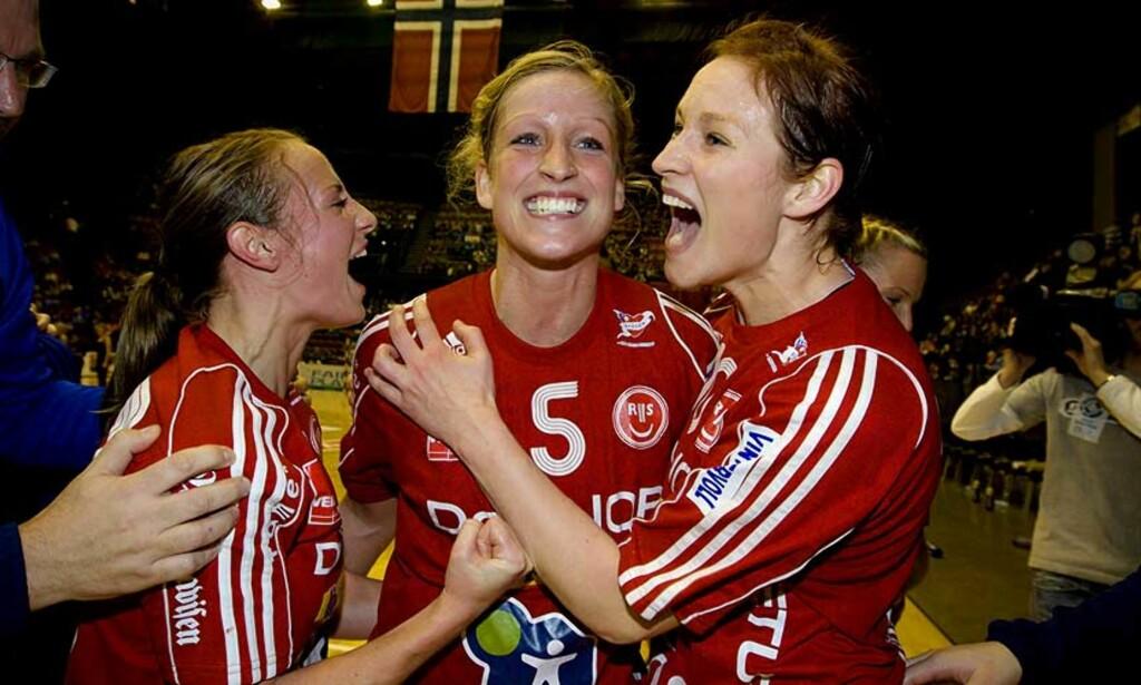 MÅ SLÅ LARVIK: Camilla Herrem, Gøril Snorroeggen og Marte Snorroeggen var med på å slå Larvik i cupfinalen i desember. Til onsdag bør de gjenta bedriften i serien, dersom ikke klubben skal gå en uviss framtid i møte. Foto: SCANPIX