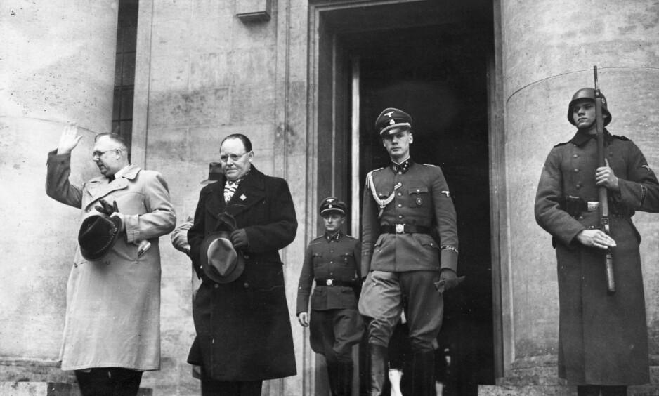 HOS HITLER: Gunnar Gunnarsson fotografert i mars 1940 rett etter at han hadde vært i audiens hos Adolf Hitler. Foto: NTB/Scanpix