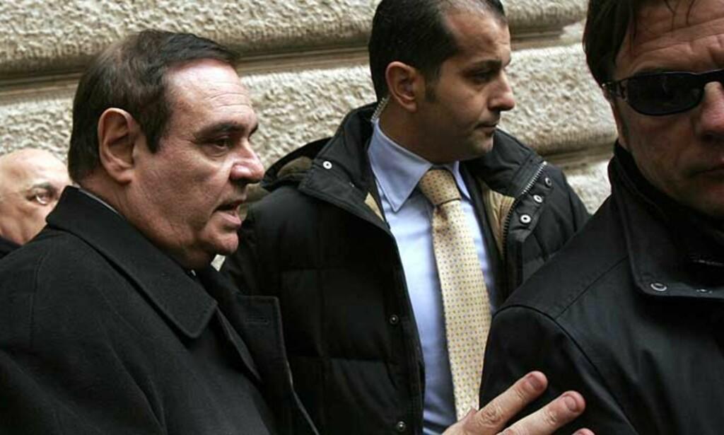 KORRUPSJONSMISTANKER:  Italias justisminister Clemente Mastella forlater her parlamanetsbygget, etter å ha sagt opp sin stilling. Foto: REUTERS/SCANPIX