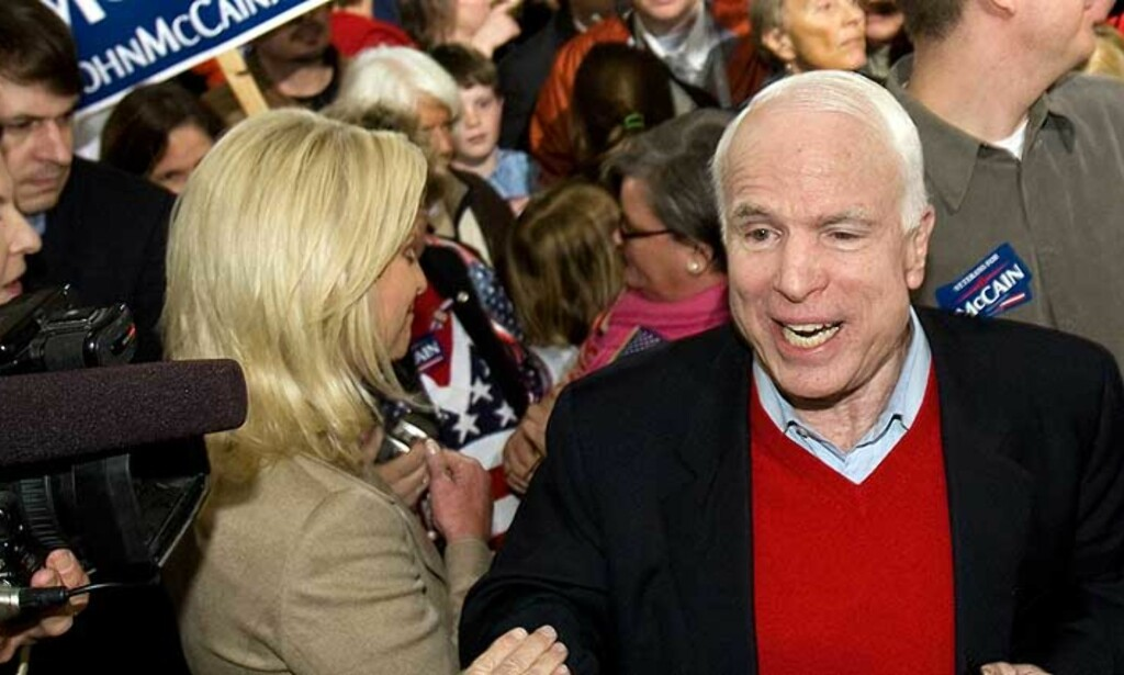 PÅ STEMMESANKING: Senator John McCain møter tilhengere i South Carolina før dagens primærvalget. En ny nasjonal meningsmåling viser at han nå leder over de andre republikanske kandidatene. Foto: AFP PHOTO/SCANPIX