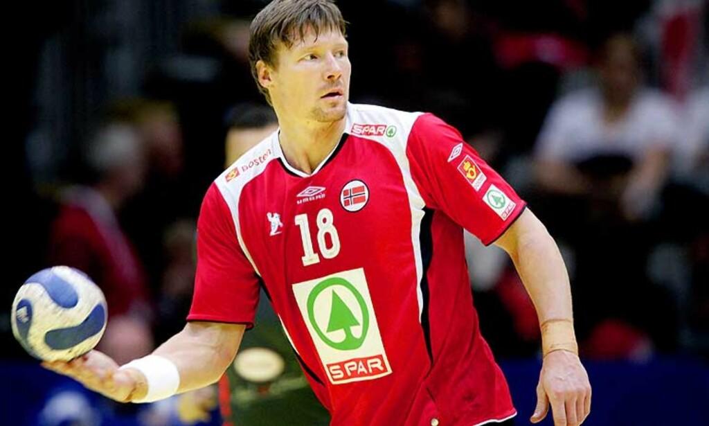 SKULLE HAN SKUTT? Her står Johnny Jensen klar med ballen, men i stedet for å skyte ga han ballen til dommeren. Det førte til heftige diskusjoner i Drammen. Foto: Bjørn Langsem