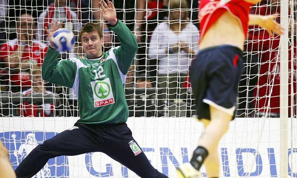 GOD KAMP: Ole Erevik kom inn i det norske målet og gjorde en god jobb mot Montenegro i går kveld. Foto: Håkon Mosvold Larsen, Scanpix