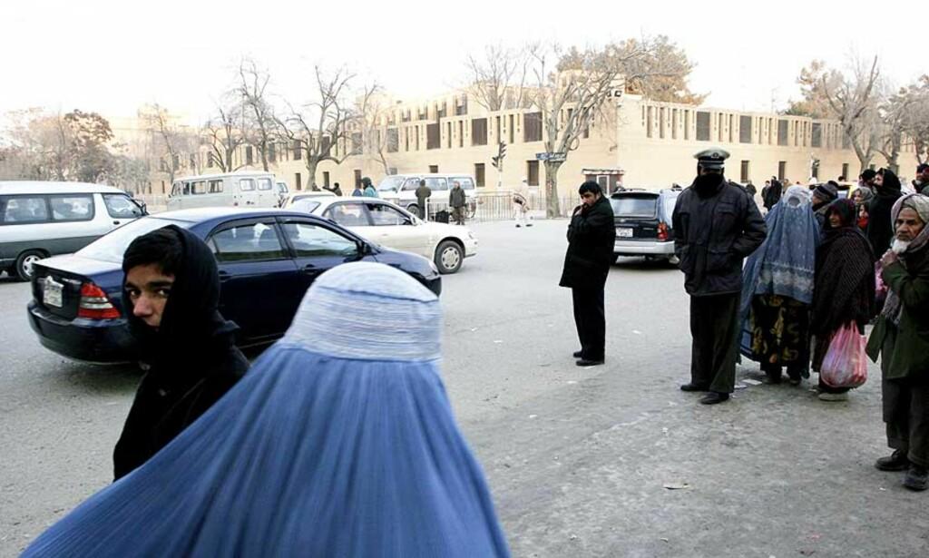 HARDE TIDER: Det er flere soldater og politimenn ute enn vanlig, men ellers er det få tegn til uro i gatene i Kabul. Foto: Anders Sømme Hammer