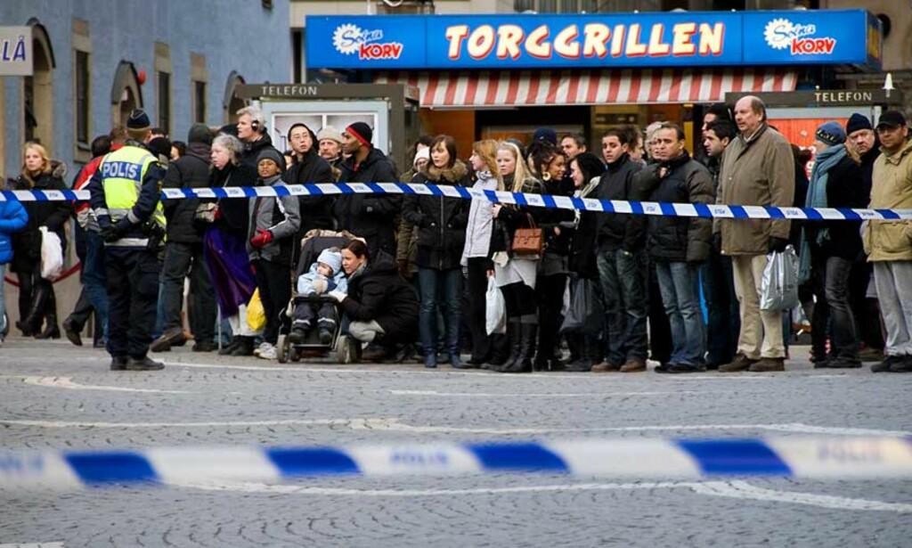 SPERRET AV: Det travle shoppingområdet rundt Hötorget sentralt i Stockholm er sperret av etter at det ble konstatert lekkasje fra en underjordisk gassledning i dag. Foto: SCANPIX