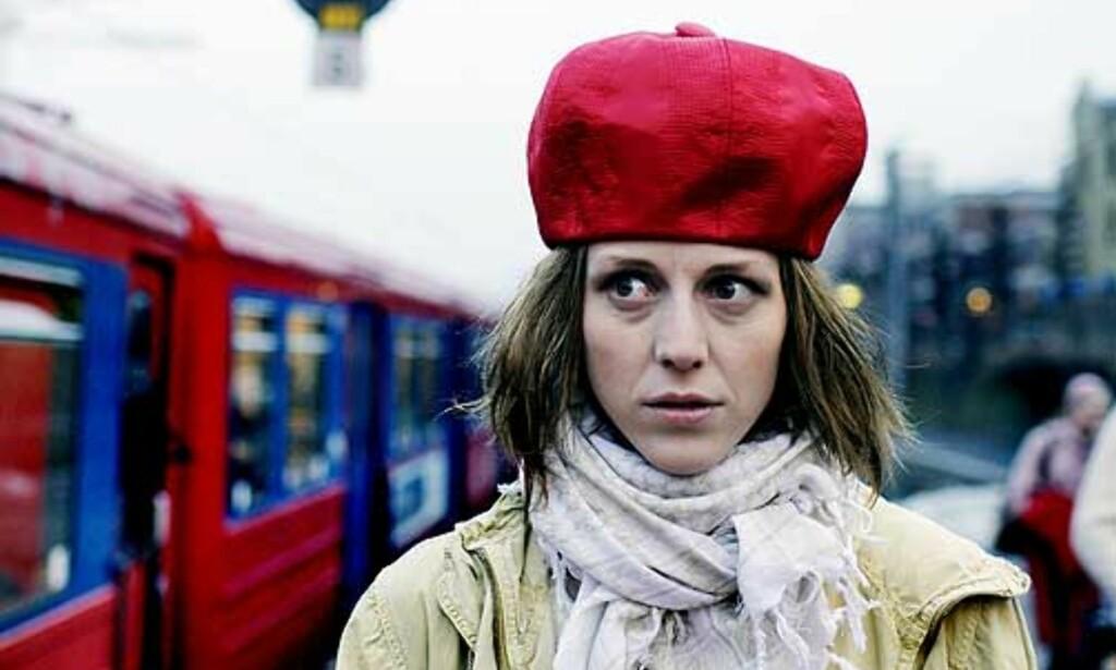 I RUTE: Strikkekjole fra Ellos (kr 299), jakke fra Indiska (kr 599), hatt fra H&M (kr 98) og skjerf fra Cubus (kr 99). Foto: AGNETE BRUN