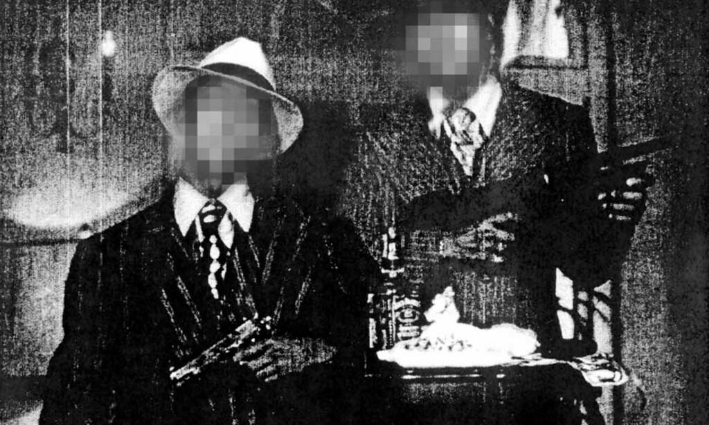 RANSMILJØ: Imran Saber alias «Onkel Skrue» (til høyre) poserer sammen med en kamerat i en fornøyelsespark. Foto: PRIVAT