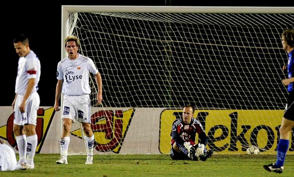FORSVARSSLURV: André Danielsen (liggende) mistet ballen rett utenfor 16-meteren - noe svenskene utnyttet. Foto: STIAN LYSBERG SOLUM/SCANPIX