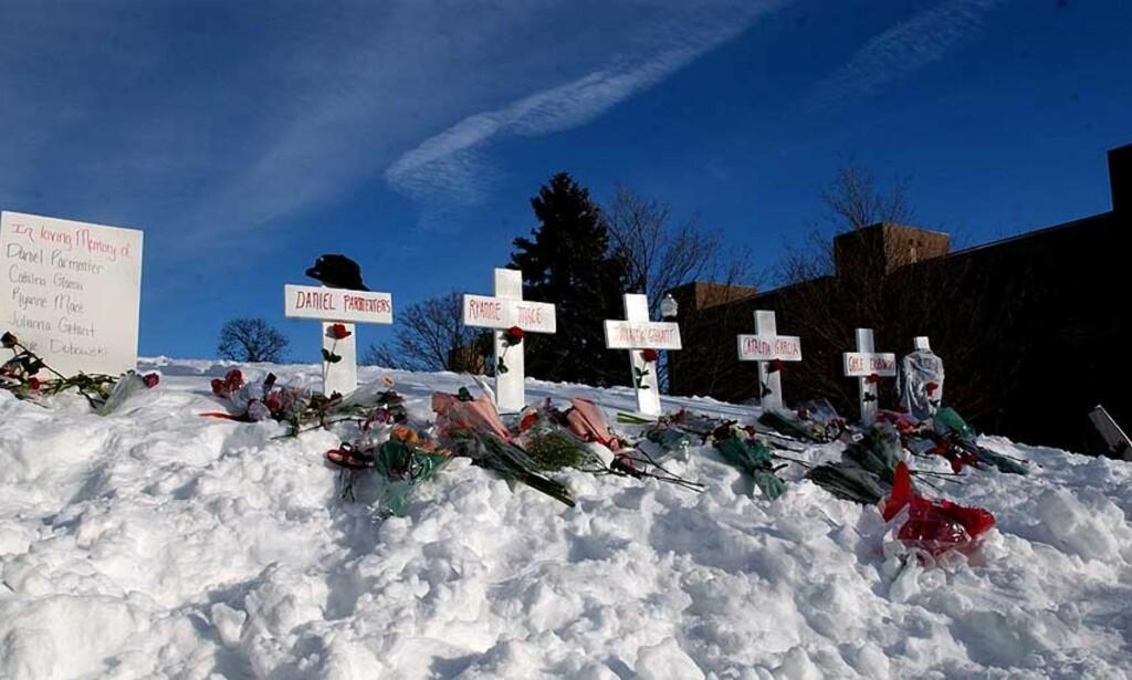 TIL MINNE OM DE DREPTE: Northern Illinois University har satt opp fem hvite kors til minne om de som ble drept. Foto: Kristoffer Egeberg/Dagbladet