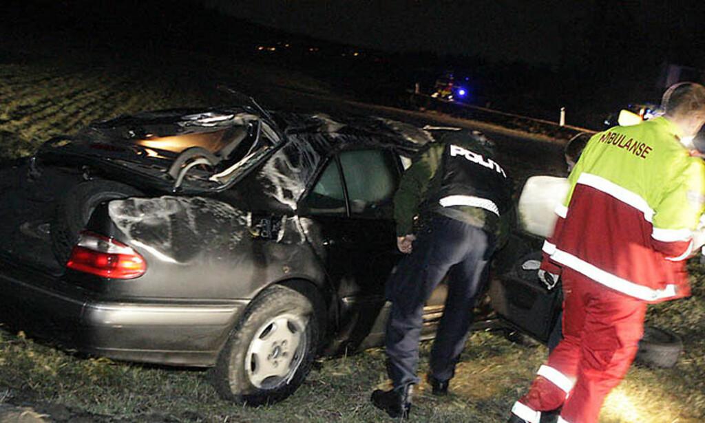 BLE KASTET UT:  Mercedez\'en ble kastet rundt i utforkjøringen på Bispeveien før den landet på hjulene igjen. Føreren ble kastet ut av bilen og omkom. Foto: Peder Gjersøe.