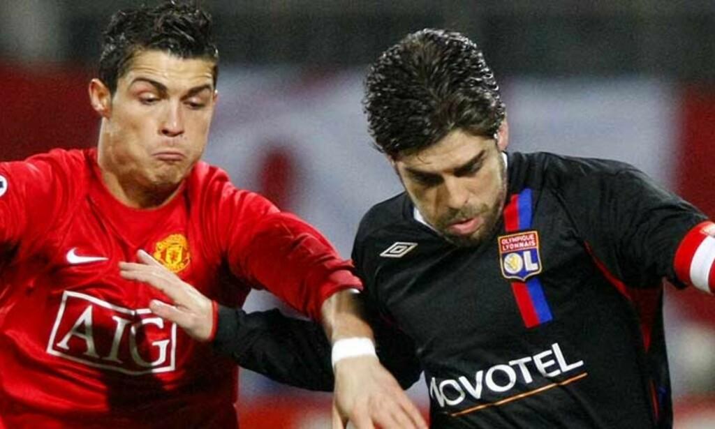 KAMP I KAMPEN: Juninho og Ronaldo er begge blant Europas fremste frisparkskyttere. Begge virket opptatt av å gå seirende ut av duellen i går, men ingen hadde en spesielt god frisparkdag på jobben. Foto: REUTERS