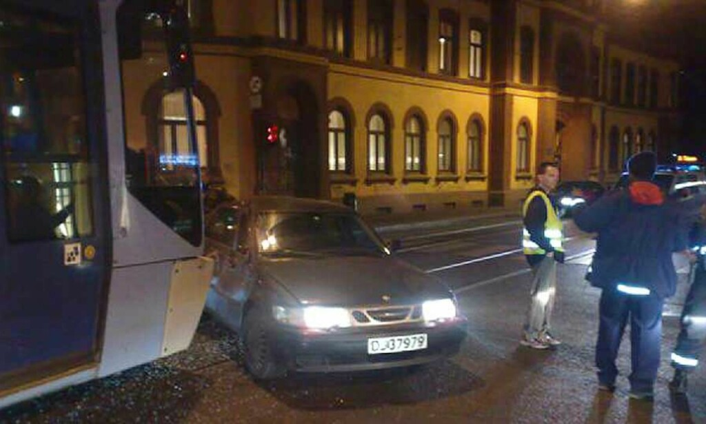 KRAFTIG SMELL: Trikk 13 kolliderte med en bil i Hausmannsgate i Oslo lørdag kveld. Foto: HANS-MARTIN THØMT RUUD