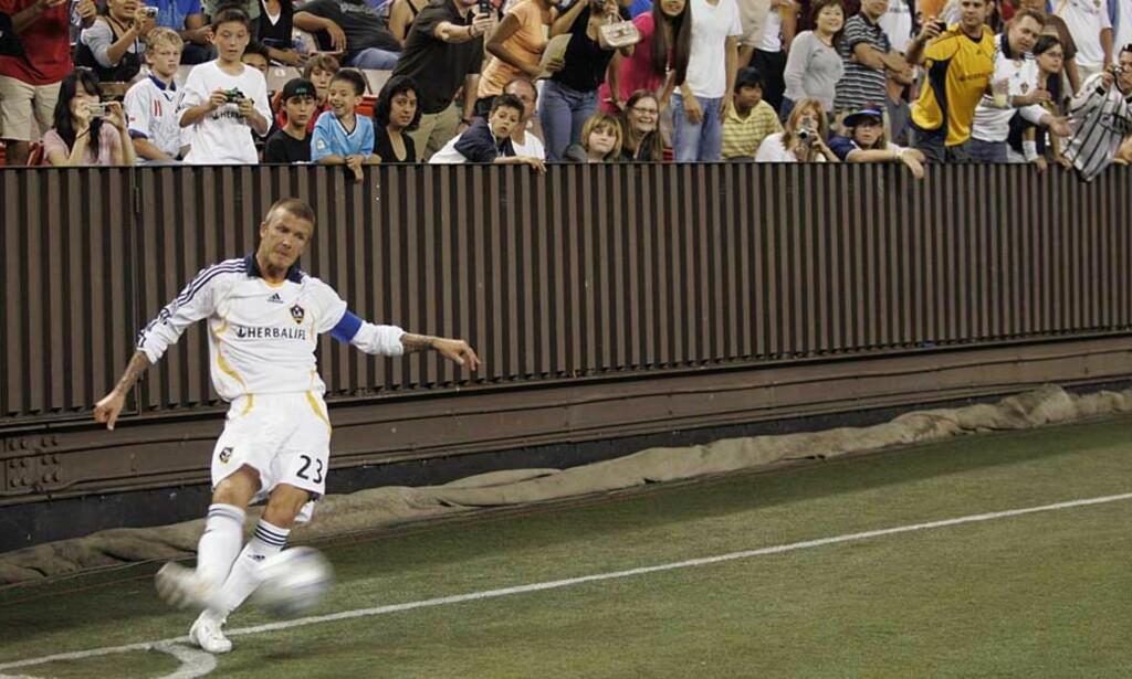 I KJENT STIL: David Beckham har fortsatt dødball-teknikken inne, noe han viste under kampen mot FC Sydney på Hawaii. Foto: MARCO GARCIA/AP/SCANPIX