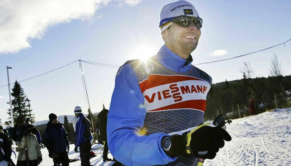 SKILÆRER: Thomas Alsgaard - dessverre med svensk flagg på lua på dette bildet - har elleve gullmedaljer fra OL og VM. Nå bruker han ekspertisen til å lære nordmenn å gå bedre på ski. Foto: TORBJØRN GRØNNING