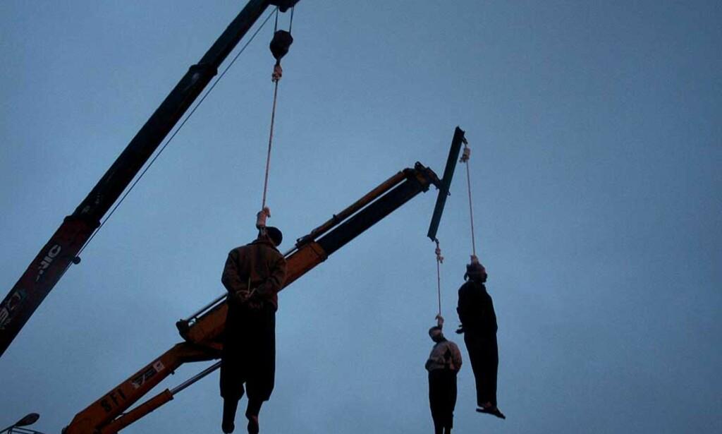 DYSTERT SYN: Mye tyder på at stadig flere får dødsstraff og blir henrettet både i hemmelighet og offentlig. Her en hengning av totalt 13 menn i byen Qom 2. januar i år. Arkivfoto: AFP / SCANPIX