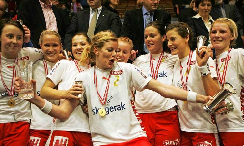 SUVERENE IGJEN: Larvik tok i kveld sitt tiende seriegull, og både klubben og Tonje Larsen ble historiske. Her fra NM-gullet i 2006. Arkivfoto: CORNELIUS POPPE/SCANPIX