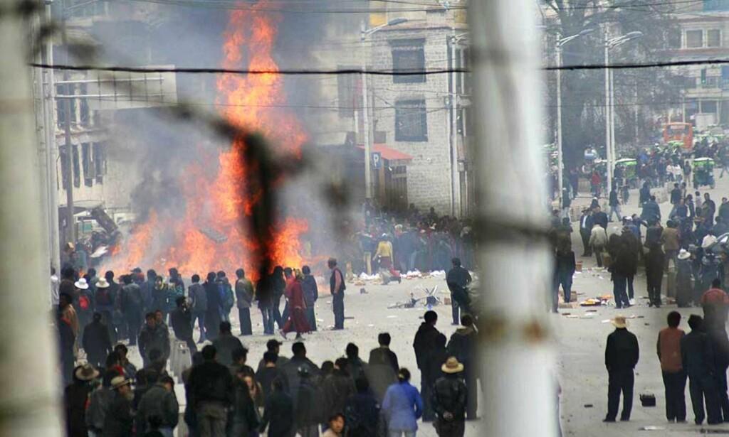 OPPTØYENEN FORTSETTER:  Kinesiske myndigheter innrømmer at sju personer har mistet livet under sammenstøt i Tibets hovedstad Lhasa.
