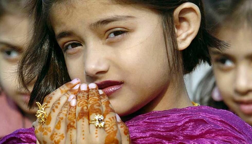 HVA TENKER DE? Pakistanske jenter feirer den religiøse festen. Verdens muslimske befolkning ønsker seg demokrati, og uttrykker at religion er helt sentralt i deres liv viser den største studien av muslimers holdninger noen gang gjennomført. Foto: Asif Hassan/AFP