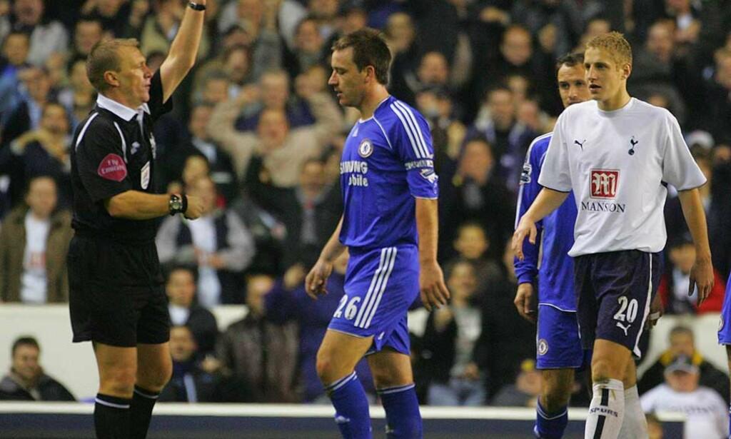 KRANGLETE Fabio Capello krever andre takter fra John Terry om Chelsea-kapteinen også vil ha tilbake armbindet på landslaget. Her blir han utvist mot Tottenham av sin «dommerfiende» nummer én; nå pensjonerte Graham Poll. Foto: AFP/Scanpix