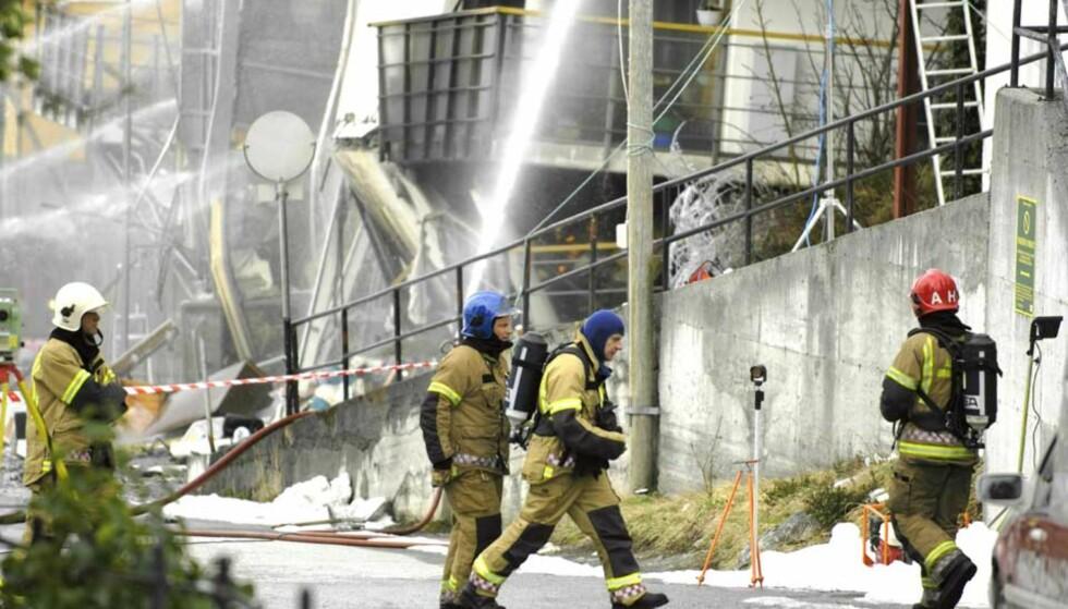 TOK SEG INN: To røykdykkere fra Ålesund brannvesen tok seg i formmiddag inn i bygget og mot brannen for å se på muligheten for å slukke den tidligere enn antatt. Foto: THOMAS RASMUS SKAUG
