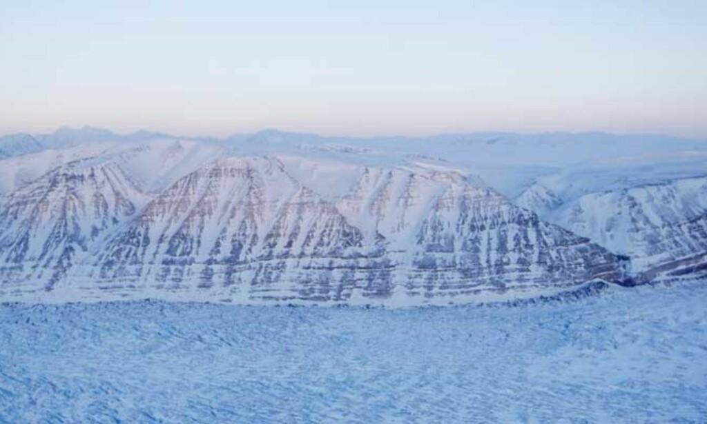 BLIR VARMERE: Brefronten på Kongsbreen like ved Ny-Ålesund var 4,5 kilometer lenger ute i Kongsfjorden for bare 30 år siden. For tredje vinter på rad er fjorden nå isfri, noe som skyldes at varmt vann fra golfstrømmen flyter på overflaten. Dette er igjen en konsekvens av global oppvarming. Foto: HÅKON MOSVOLD LARSEN / SCANPIX/