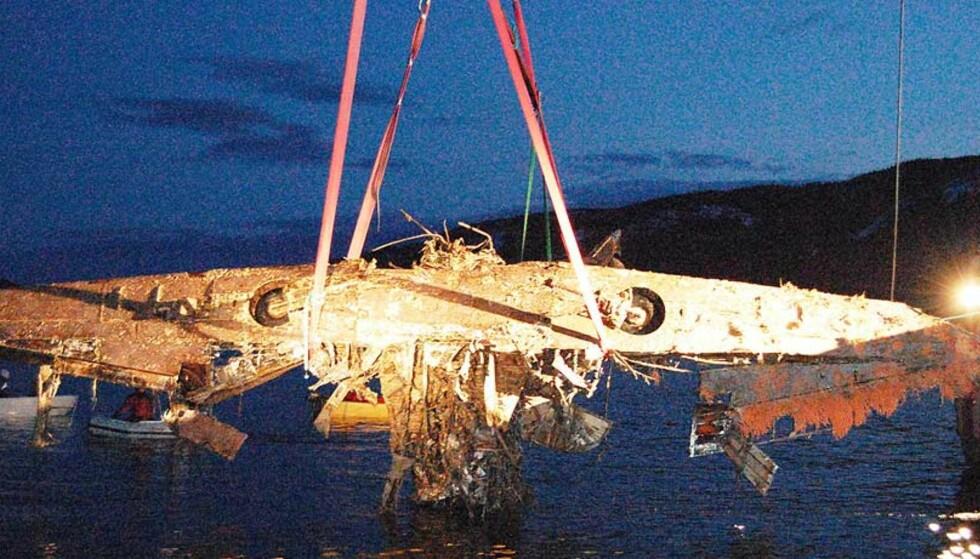 """HEVET ETTER 68 ÅR: Litt """"mosegrodd"""" og ganske rusten etter å ha ligget på 242 meters dyp siden 1940, men vingene på Blackburn Skua-flyet er i alle fall hele. Foto: PER SNEKVIK/AVISA SØR-TRØNDELAG"""